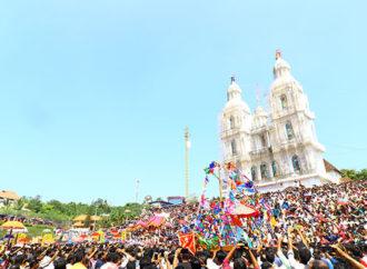 ജനസാഗരങ്ങളെ സാക്ഷിയാക്കി കപ്പല് പ്രദക്ഷിണം